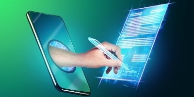 Mann unterschreibt Vertrag aus Papier statt digital mit qualifizierter elektronischer Signatur